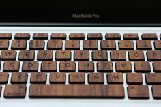 Je pense qu'en voyant cet article vous allez tout de suite penser au super clavier sans fil en bois signé par la société française Orée (pour retrouver l'article, cliquez ici). Dans le même style, je vous présente un clavier pour MacBook Pro et MacBook Air, imaginé par l'entreprise américaine basée à Brooklyn, RAWBKNY, où toutes les touches sont en bois.
