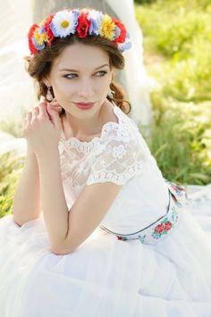 Dlouhé folklórní svatební šaty krajkový živůtek s lodičkovým výstřihem starodávná bavlněná krajka sukně lemovaná bordurou pas je zvýrazněný folklórní stuhou (možné vyměnit za barevný saténový pásek) svatební šaty vám ušijeme na míru