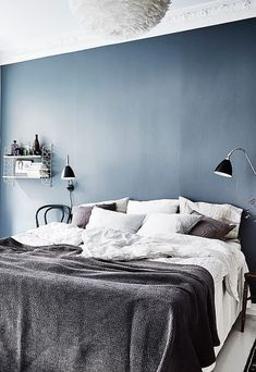 Southern Home Interior Blue bedroom wall - via Coco Lapine Design.Southern Home Interior Blue bedroom wall - via Coco Lapine Design Gray Bedroom Walls, Blue Bedroom Walls, Blue Rooms, Bedroom Colors, Home Bedroom, Modern Bedroom, Bedroom Decor, Blue Walls, Bedroom Ideas