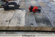 Het diep opschuren en behandelen van de wagondelen. Mooi oud hout met ene verhaal! #reclaimed #wood #oudhout #wagondelen #interieur #interior #living #wonen #wooninspiratie #woontrends