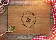 Benutzerdefinierte Cutting Board - personalisiertes Hochzeitsgeschenk für paar - Monogramm-Geburtstagsgeschenk - Herr & Frau - Weihnachten Geschenke - Küche Dekor - CB207 von ShopFroolu auf Etsy https://www.etsy.com/de/listing/289967079/benutzerdefinierte-cutting-board