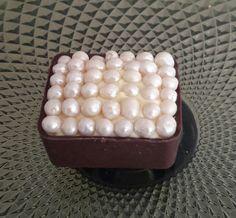 Caixinha de chocolate branco, ao leite ou meio amargo com recheio de brigadeiro gourmet, ganache, limão, morango, maracujá, coco e outros. Confeitos de chocolate, frutas ou açúcar.