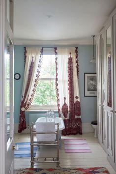 Como dar um up em seu banheiro? Pendure cortinas