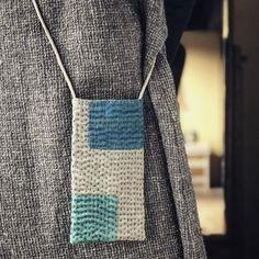 刺し子トートバッグ自作 Patchworked fabric bag with Sashiko stitching. Sashiko Embroidery, Japanese Embroidery, Japanese Sewing, Textile Jewelry, Fabric Jewelry, Fabric Bags, Fabric Scraps, Boro Stitching, Jute Tote Bags