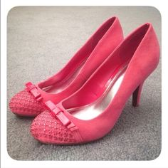 Fun and sparkly pink shoe Wore them only once at an indoor party with carpeting. No scuffs stains or scratches. Perfect condition Shoes