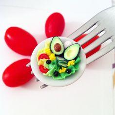 AIMANT Mini salade composée - Assiette miniature fimo par sugarpop-creation Facebook : http://www.facebook.com/sugarpopcreation  #miniaturefood #polymerclay #fimo #handmade #salade #kawaii #sugarpopcreation #miniatures #madeinfrance #tremplindescreateurs #tdc #bijoux #bijouxgourmands