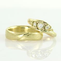 "Galleri Castens - Handmade wedding rings ""Embrace"" of gold with diamonds"
