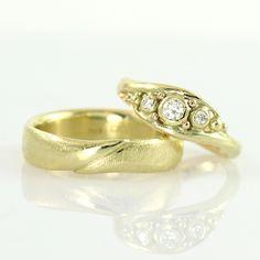 "Galleri Castens - Handmade wedding rings ""Embrace"" of gold with diamonds"