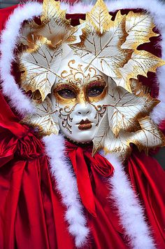 Gilded white leaves with red and white cloak... Wonderful winter look.