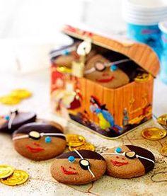 Een jarige #piraat trakteert natuurlijk op een piraten #traktatie: piratenkoekjes van eigen deeg! Lekker met een hoofddoekje van #chocola en ogen van mini-dropjes. Zelfs de allergevaarlijkste piraten smelten voor deze heerlijke piraten traktatie.  #Tip: in tijdnood? Koop kant-en-klare koekjes als basis voor de piraten traktatie. Klik op de afbeelding voor het #recept.
