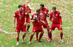 Müller, Lewandowki, Rafinha, Pizarro and Rode celebrating their 25th Bundesliga title. #FCBayern #MiaSanChampions