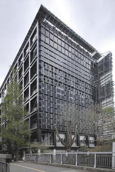 研究棟の西面には化合物系など今後の技術開発に期待がかかる太陽光発電パネルを設置している(写真:澤田 聖司)