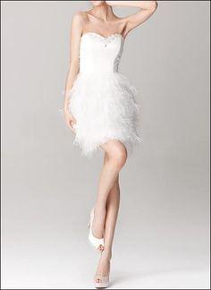 Luxuriöses kurzes Brautkleid mit Herzausschnitt und Straussenfedern - ein echter Hingucker!