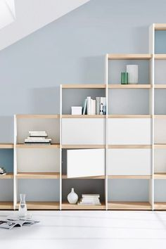 The modular structure of the YOMO book shelving system allows a stepped arrangement of the shelf boards