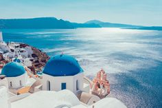 If you want to feel like you're on a movie set, just take a walk around Santorini. From Oia's sunset to volcanic beaches, here are 7 hotspots in Santorini. Greece Itinerary, Greece Honeymoon, Cheap Honeymoon, Romantic Honeymoon, Honeymoon Ideas, Vacation Ideas, Santorini Greece, Mykonos, Santorini Island