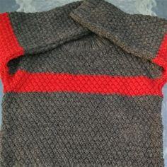 Pull fait main chaud taille 2 ans point de blé Pull point de blé enfant de couleur gris chiné comportant une bande rouge Ce modèle est fermé par 3 boutons sur l'épaule ceci facilitant l'habillement; . Composition : 50% Laine et 50% Acrylique, frais de...