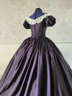 Dos de robe 1850 en taffetas et dentelle avec laçage à oeillets. Empire, Victorian, Dresses, Fashion, Victorious, Vestidos, Carnations, Lace, Dress
