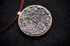 José Marín reinventa la joyería a través de los materiales. Para este artista cada joya es una huella perdurable que nos cuenta una historia de la que, en muchas ocasiones, es el único vestigio que ha perdurado. http://www.azulejosartesanos.es http://www.josemartin.net http://www.sanserif.es
