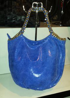 Ladies Leather Handbag with design chain handles 67,57 € su www.bandana.it