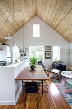 A pitched ceiling makes the house feel bigger. A pitched ceiling makes the house feel bigger. Tiny Backyard House, Tiny House, Backyard Cottage, Small Living, Living Spaces, Living Rooms, Sweet Home, Garage Apartments, Garage Apartment Interior