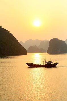 Places to Visit in Vietnam Ha Long Bay Visit Vietnam, Vietnam Travel, Hanoi, Raja Ampat Islands, Vietnam Voyage, Ha Long Bay, Belleza Natural, Cool Places To Visit, Kayaking