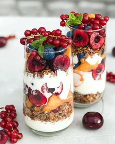 How about quick and easy jars for delicious breakfast or yummy snack? These are just made of coconut yogurt,layers of choco… Easy Healthy Smoothie Recipes, Healthy Breakfast Recipes, Yummy Snacks, Yummy Food, Food Gallery, Rainbow Food, Coconut Yogurt, Wonderful Recipe, Food Inspiration