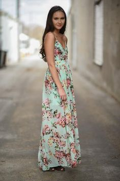 A lightweight flowing maxi that will have all eyes on you!  True to size, partial zipper on side. Shoulder straps are adjustable. Model is 5'6'' a size 0 wearing a small.  Small 0-4 Medium 6-8 Large 10-12