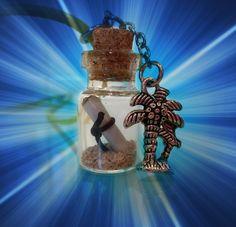 """""""Mensaje en una botella"""", colgante de una botellita de cristal con arena y un mensaje dentro, charm de unas palmeras, inspirado en una isla desierta donde llega a sus orillas una botella con un misterioso mensaje dentro."""