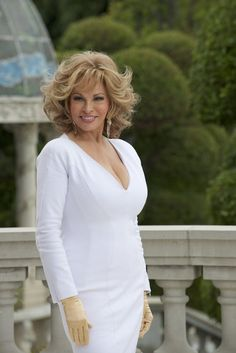 Raquel Welch in How to be a Latin Lover (for Hi-res version visit the website) Beautiful Women Over 50, Beautiful Old Woman, Pretty Woman, Raquel Welch, Illinois, Sexy Older Women, Beautiful Actresses, Short Hair Styles, Hair Cuts