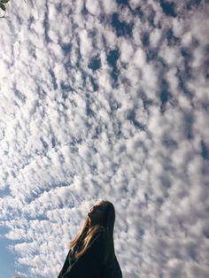 send your photos with the sky. Sky Blue send your photos with Cielo the sky. Portrait Photography Poses, Fashion Photography Poses, Girl Photography Poses, Creative Photography, Cute Instagram Pictures, Instagram Pose, Creative Instagram Stories, Instagram Ideas Artsy, Artsy Photos