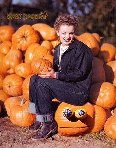 Norma Jean Dougherty (pre-Marilyn Monroe) hanging out in a pumpkin patch with photographer Andre de Dienes. Marylin Monroe, Fotos Marilyn Monroe, Young Marilyn Monroe, Image Happy Halloween, Classic Hollywood, Old Hollywood, Hollywood Icons, Hollywood Style, Hollywood Actresses