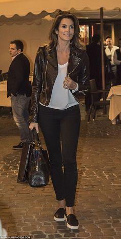 Still queen of the catwalk: Cindy Crawford oozed glamour even in her casual and laid back attire as she dined at a restaurant in Italy Fashion Over 50, Look Fashion, Winter Fashion, Fashion Outfits, Fashion Tips, Fashion Trends, 80s Fashion, Fashion History, Korean Fashion