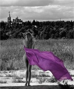 Beautiful colorful pictures and Gifs: Black and white photography with a touch of color. Splash Photography, Black And White Photography, Woman Photography, Jolie Photo, All Things Purple, Black And White Colour, Red Color, Shades Of Purple, Purple Haze