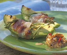 Rosmarin-Speck-Avocados mit Mandelsauce
