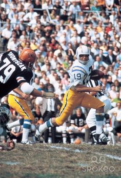 Lance Alworth of the San Diego Chargers sprints downfield against the Cincinnati Bengals Vikings Football, Nfl Football, Football Humor, School Football, American Football League, National Football League, Football Photos, Sports Photos, Nfl Uniforms