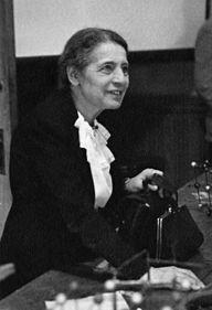 Lise Meitner (Viena, 17 de noviembre de 1878 - Cambridge, 27 de octubre de 1968) fue una física austriaca que investigó la radiactividad y física nuclear. Meitner formó parte del equipo que descubrió la fisión nuclear, un logro por el cual su colega Otto Hahn recibió el Premio Nobel. Es a menudo considerada uno de los más evidentes ejemplos de hallazgos científicos hechos por mujeres y pasados por alto por el comité del Nobel.