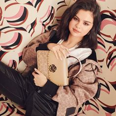 Coach brand ambassador Selena Gomez tries on the American label's new handbags for a recent trend guide. The singer poses with spring 2019 styles including the… Selena Gomez Coach, Selena Gomez Fotos, Instagram Selena Gomez, Selena Selena, Instagram Makeup, Selena Gomez Biography, New Handbags, Insta Look, Marie Gomez