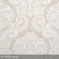 Geschwungende Ornamente und klassische Streifen erinnern an den anmutigen Stil alter englischer Landhäuser. Die Tapete ist von BN Wallcoverings.