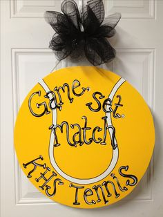 Front door wreath idea for tennis theme party Tennis Decorations, Locker Decorations, Tennis Rules, Tennis Tips, Coach Gifts, Team Gifts, Tennis Posters, Cheer Posters, Tennis Crafts