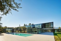 OZ Residence is a minimalist architecture project located in Atherton, California, designed by Stanley Saitowitz Minimalist Architecture, Architecture Details, Modern Architecture, Residential Architecture, California Homes, Atherton California, Modern Minecraft Houses, Modern Pools, Modern Mansion