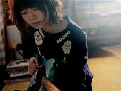女優、宮崎あおいが歌とギターに初挑戦する映画『ソラニン』で、宮崎がギター演奏する場面写真が8日、配給元のアスミック・エースより初公開された。