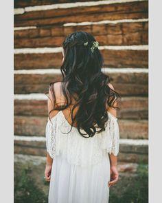 Penteado solto e com aspecto natural. #casamento #penteados #noivas