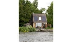 Modern natuurhuisje pal aan het water in Jannum, Friesland.