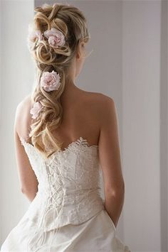 Irish wedding dresses revive the medieval and Celtic traditions, enhancing the beauty of the bride and transcending ages. Wedding Hairstyles Half Up Half Down, Wedding Hair Down, Wedding Hairstyles For Long Hair, Pretty Hairstyles, Wedding Updo, Bridal Hairstyles, Bob Hairstyles, Medium Hairstyles, Wedding Corset