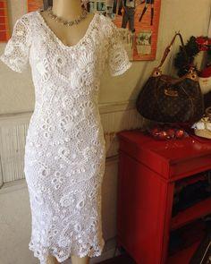 Vestido de #crochê de fio egípcio belíssimo . Você arrasara com ele nesse #réveillon  #brechócamarimtododianovidade  #brecho .