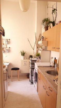 Gemütliche, sonnige Küche mit hellen Wänden und Boden, hölzernen Fronten und viel Lichteinfall.  #Küche #gemütlich #Berlin #PrenzlauerBerg