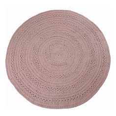 Dit sierlijke gehaakt vloerkleed peony oud roze van grof katoen is stijlvol en origineel. Elk kleed is uniek en wordt met de hand vervaardigd van restkatoen.