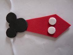Gravata confeccionada em eva medidas 11,5 x 4,7 cm - fita 45 cm Natal Do Mickey Mouse, Mickey Mouse Christmas, Mickey Mouse Parties, Mickey Minnie Mouse, Dog Accesories, Dog Bandana, Diy And Crafts, Arts And Crafts, Paper Toys