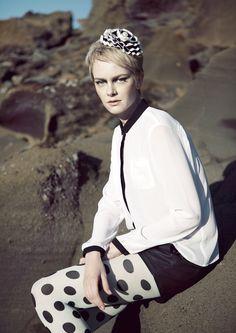 Kirsi Nisosen suunnitteleman Paradise of Iceland -malliston Valdis ruusuke. Ripsinauhasta valmistettu ruusuke, jossa rinta- ja hiusklipsi. Keskellä näyttävä koristenappi.