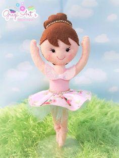 Na ponta do pé ela gira, um lindo salto da esta linda bailarina. Ela ficará linda em sua festinha de aniversário (TOPO DE BOLO ou CENTRO DE MESA), na decoração do quartinho da sua princesa. Confeccionada á mão, em feltro e enchimento antialérgico. Possui 18 a 20cm de altura, acompanha suport...